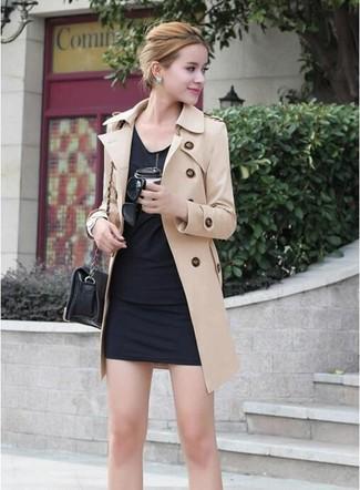 Cómo combinar: bolso bandolera de cuero negro, vestido ajustado negro, gabardina marrón claro