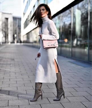 Cómo combinar: bolso bandolera de cuero rosado, botas de caña alta de cuero en gris oscuro, vestido jersey gris