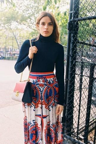 Cómo combinar: bolso bandolera de cuero rosado, falda larga estampada en blanco y rojo y azul marino, jersey de cuello alto negro