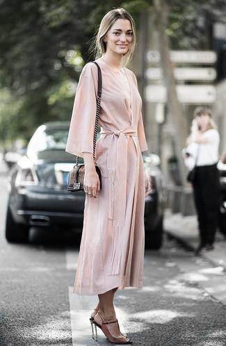 Cómo combinar: bolso bandolera de pelo marrón, sandalias de tacón de ante marrónes, vestido cruzado en beige