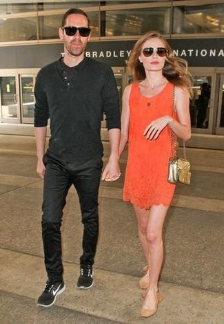 Cómo combinar: gafas de sol en marrón oscuro, bolso bandolera de cuero acolchado dorado, bailarinas de ante marrón claro, vestido recto naranja