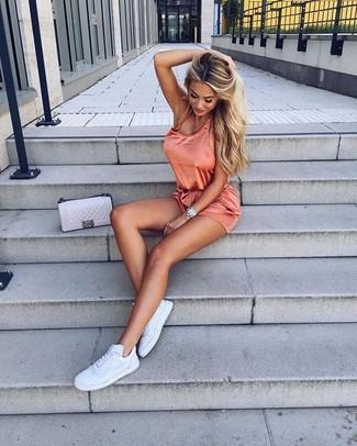 Combinar un bolso bandolera de cuero acolchado en beige en clima fresco: Haz de un mono corto naranja y un bolso bandolera de cuero acolchado en beige tu atuendo para un look agradable de fin de semana. Completa tu atuendo con tenis de cuero blancos para destacar tu lado más sensual.