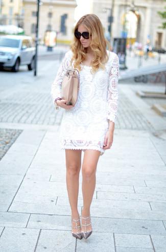 Cómo combinar: gafas de sol negras, bolso bandolera de cuero en beige, zapatos de tacón de cuero con tachuelas grises, vestido recto de encaje blanco