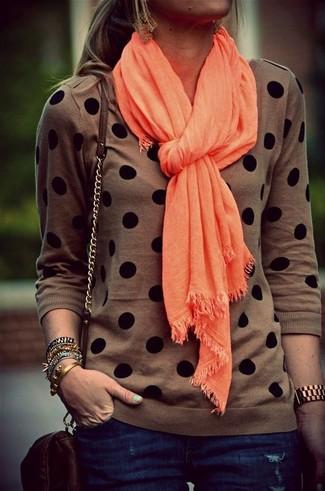 Cómo combinar: bufanda naranja, bolso bandolera de cuero en marrón oscuro, vaqueros pitillo azul marino, jersey con cuello circular a lunares marrón