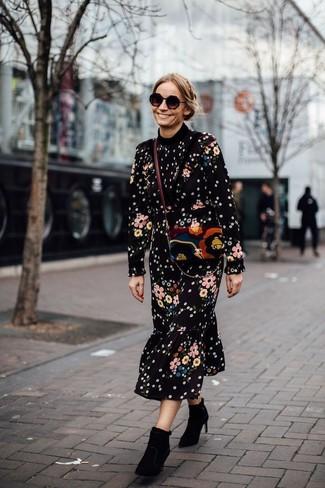Cómo combinar: gafas de sol negras, bolso bandolera de ante en multicolor, botines de ante negros, vestido midi con print de flores negro