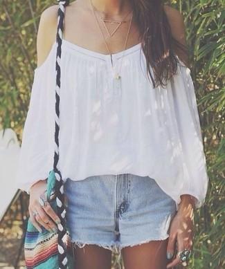 Cómo combinar: collar dorado, bolso bandolera de lona en multicolor, pantalones cortos vaqueros celestes, top con hombros descubiertos blanco