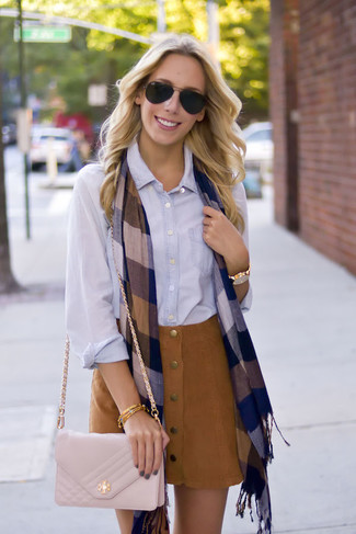 Cómo combinar: bufanda a cuadros azul marino, bolso bandolera de cuero acolchado en beige, falda con botones de ante marrón, camisa de vestir celeste
