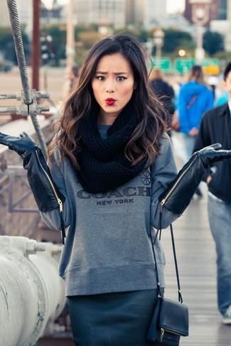 Cómo combinar: guantes de cuero negros, bolso bandolera de cuero azul marino, falda lápiz de cuero azul marino, sudadera estampada gris