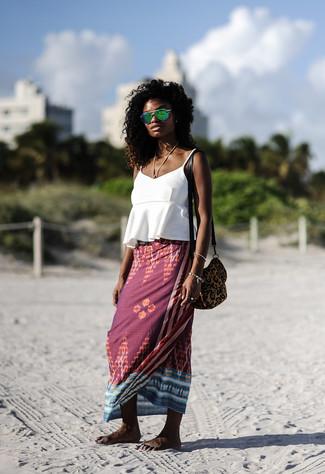 Combinar unas gafas de sol verdes: Elige una camiseta sin manga con volante blanca y unas gafas de sol verdes para un look agradable de fin de semana.