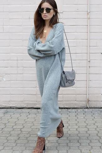 Cómo combinar: colgante dorado, bolso bandolera de cuero gris, botines de cuero con print de serpiente marrónes, vestido jersey gris