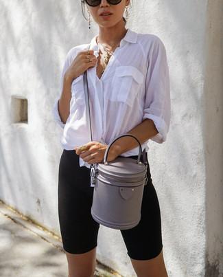Cómo combinar: gafas de sol negras, bolso bandolera de cuero gris, mallas ciclistas negras, camisa de vestir blanca