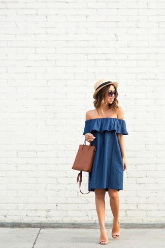 Combinar un vestido con hombros al descubierto azul: Ponte un vestido con hombros al descubierto azul transmitirán una vibra libre y relajada. Completa tu atuendo con chinelas de cuero marrón claro para destacar tu lado más sensual.