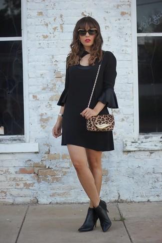 Cómo combinar: gafas de sol en negro y dorado, bolso bandolera de cuero de leopardo marrón claro, botines de cuero negros, vestido recto de seda negro