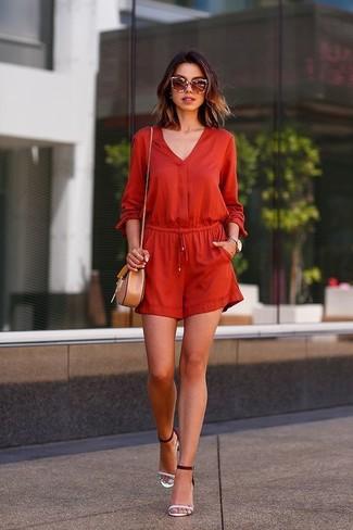 Cómo combinar: gafas de sol marrónes, bolso bandolera de cuero marrón claro, sandalias de tacón de cuero en blanco y negro, mono corto rojo