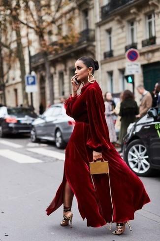 Cómo combinar: pendientes dorados, bolso bandolera de cuero marrón claro, sandalias de tacón de ante en multicolor, vestido de noche de terciopelo rojo