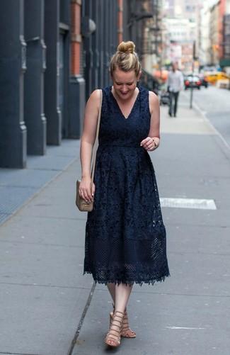 Cómo combinar: reloj dorado, bolso bandolera de cuero marrón claro, sandalias romanas de cuero en beige, vestido midi de encaje negro