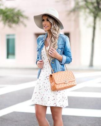 Combinar un bolso bandolera de cuero acolchado en beige: Para un atuendo tan cómodo como tu sillón ponte una chaqueta vaquera azul y un bolso bandolera de cuero acolchado en beige.