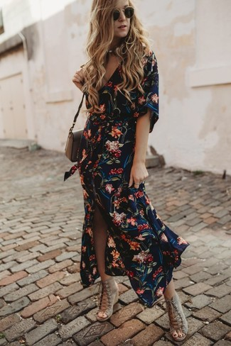 Cómo combinar: gafas de sol negras, bolso bandolera de cuero marrón, sandalias con cuña de ante en beige, vestido camisa con print de flores azul marino