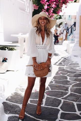 Cómo combinar: reloj plateado, bolso bandolera de cuero marrón, sandalias de tacón de cuero marrón claro, vestido campesino blanco