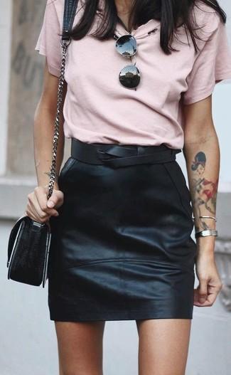 Cómo combinar: cinturón de cuero negro, bolso bandolera de cuero negro, minifalda de cuero negra, camiseta con cuello circular rosada