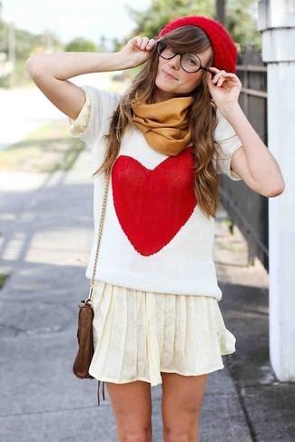 Cómo combinar: gorro rojo, bolso bandolera de cuero marrón, minifalda plisada en beige, jersey de manga corta estampado en blanco y rojo