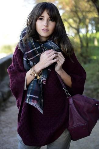 Combinar un bolso bandolera de cuero morado para mujeres de 20 años: Elige un jersey oversized de punto morado oscuro y un bolso bandolera de cuero morado transmitirán una vibra libre y relajada.