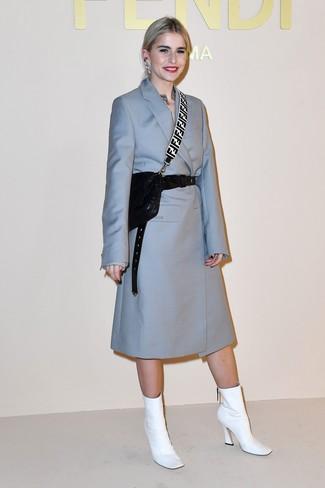 Cómo combinar: cinturón de cuero negro, bolso bandolera de cuero acolchado negro, botines de cuero blancos, abrigo celeste