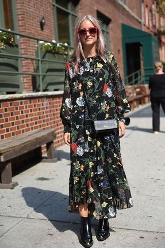 Cómo combinar: gafas de sol rojas, bolso bandolera de cuero negro, botines de cuero negros, vestido largo de gasa con print de flores negro