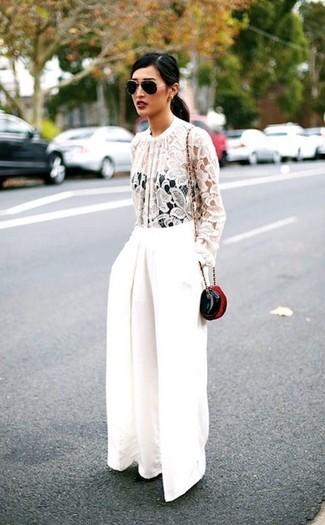 Cómo combinar: gafas de sol en negro y dorado, bolso bandolera de cuero negro, pantalones anchos blancos, blusa de manga larga de encaje blanca