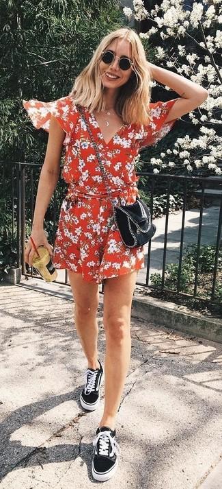 Cómo combinar: gafas de sol negras, bolso bandolera de cuero negro, tenis de lona negros, mono corto con print de flores rojo