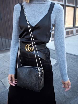 Cómo combinar: correa de cuero negra, bolso bandolera de cuero negro, vestido camisola de satén negro, jersey de cuello alto celeste