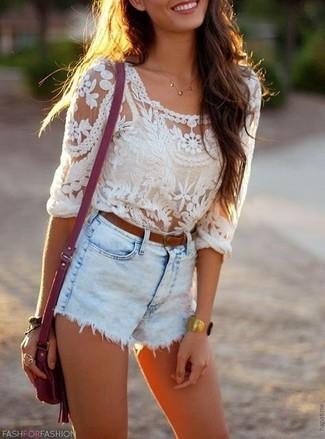 Cómo combinar: correa de cuero marrón, bolso bandolera de cuero morado, pantalones cortos vaqueros celestes, blusa de manga larga de encaje blanca