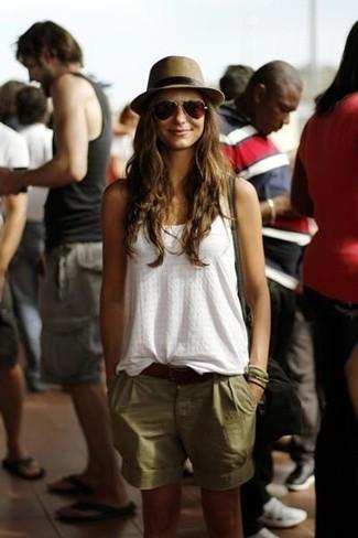 Cómo combinar: sombrero de paja marrón, bolso bandolera de ante negro, pantalones cortos verde oliva, blusa sin mangas blanca