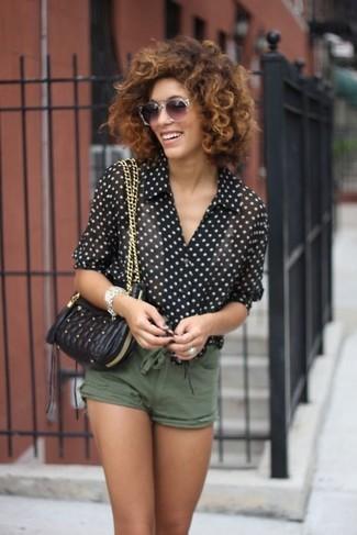 Cómo combinar: gafas de sol grises, bolso bandolera de cuero acolchado negro, pantalones cortos verde oliva, camisa de vestir de gasa a lunares en negro y blanco