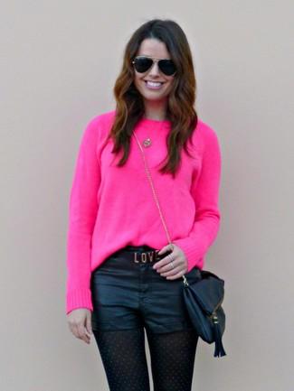 Cómo combinar: gafas de sol negras, bolso bandolera de cuero negro, pantalones cortos de cuero negros, jersey con cuello circular rosa