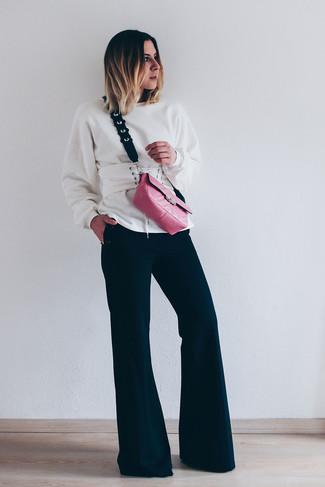 Cómo combinar: cinturón de cuero blanco, bolso bandolera de cuero rosa, pantalón de campana negro, sudadera blanca