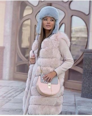 Cómo combinar: gorro de pelo celeste, bolso bandolera de cuero rosado, vestido jersey en beige, chaleco de pelo en beige
