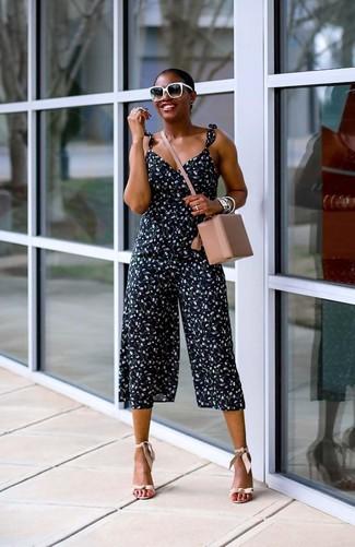 Cómo combinar: gafas de sol en negro y blanco, bolso bandolera de cuero en beige, sandalias de tacón de cuero en beige, mono con print de flores azul marino