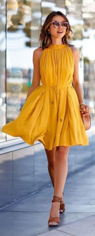 Cómo combinar: gafas de sol rosadas, bolso bandolera de cuero en beige, sandalias de tacón de cuero marrónes, vestido amplio amarillo