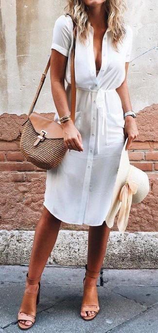 Cómo combinar: sombrero de paja en beige, bolso bandolera de paja marrón, sandalias de tacón de cuero marrón claro, vestido camisa blanca