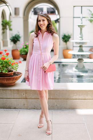 Cómo combinar: gafas de sol marrónes, bolso bandolera de cuero rosado, sandalias de tacón de cuero en beige, vestido camisa rosada