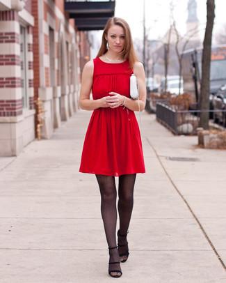 Cómo combinar: collar plateado, bolso bandolera de cuero blanco, sandalias de tacón de ante negras, vestido casual plisado rojo