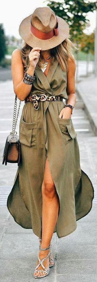 Cómo combinar: sombrero de paja marrón claro, bolso bandolera de cuero en marrón oscuro, sandalias de tacón de cuero grises, vestido cruzado de seda verde oliva