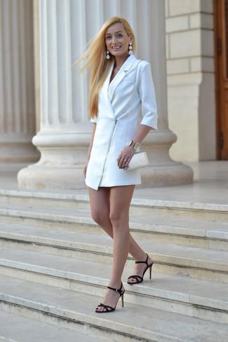 Cómo combinar: pulsera dorada, bolso bandolera de cuero blanco, sandalias de tacón de ante negras, vestido de esmoquin blanco