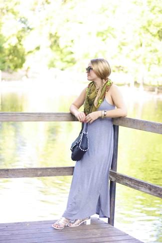 Cómo combinar: bufanda de seda estampada verde oliva, bolso bandolera de cuero negro, sandalias de tacón de cuero plateadas, vestido largo gris