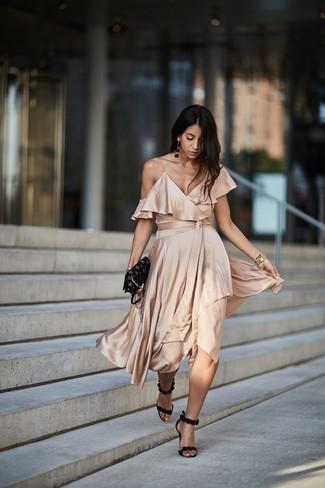 Cómo combinar: reloj dorado, bolso bandolera de cuero de estrellas negro, sandalias de tacón de ante negras, vestido midi de seda en beige
