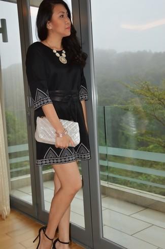 Cómo combinar: cinturón de cuero negro, bolso bandolera de cuero acolchado en beige, sandalias de tacón de ante negras, vestido recto estampado en negro y blanco