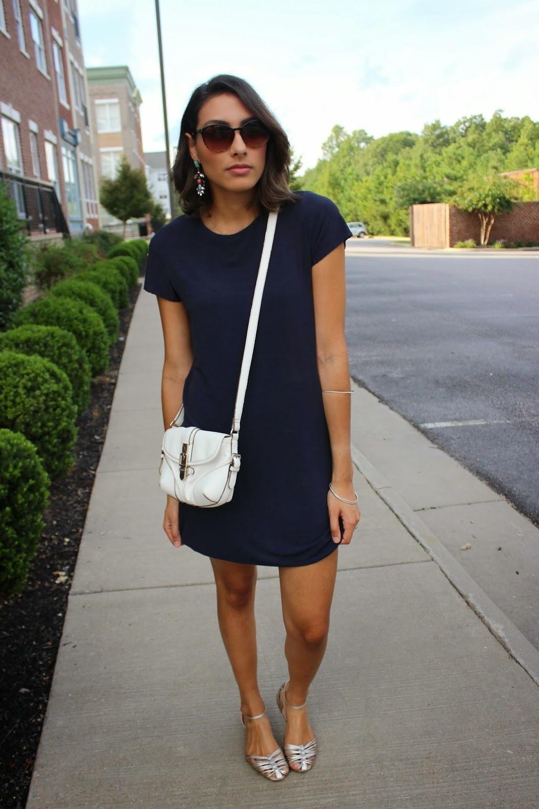 Como combinar un vestido azul informal