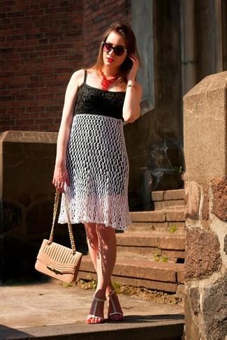 Cómo combinar: gafas de sol con adornos negras, bolso bandolera de cuero rosado, sandalias planas de cuero blancas, vestido midi de crochet en negro y blanco