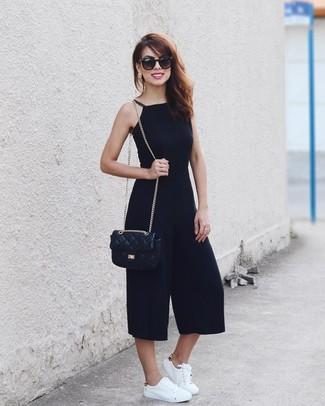 Look de moda: Gafas de sol negras, Bolso bandolera de cuero acolchado negro, Tenis de cuero blancos, Mono negro